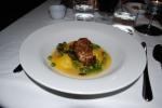 Kalvfärsfylld ravioli med knaperstekt kalvbräss, toppmurklor och gröna ärtor