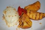 Vitchokladbavoraise med grillade amarettomarinerade persikor
