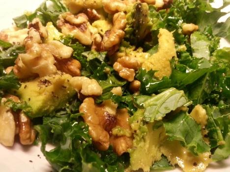 Grönkål- och avokadosallad med valnötter