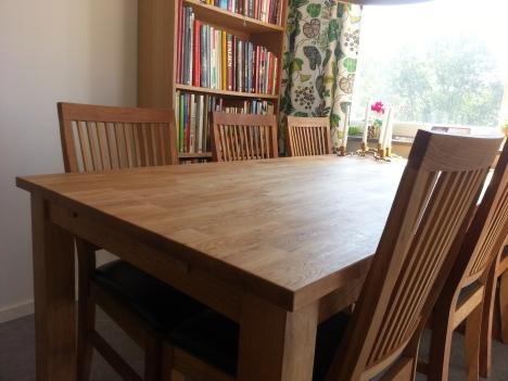 Matbord och stolar på plats